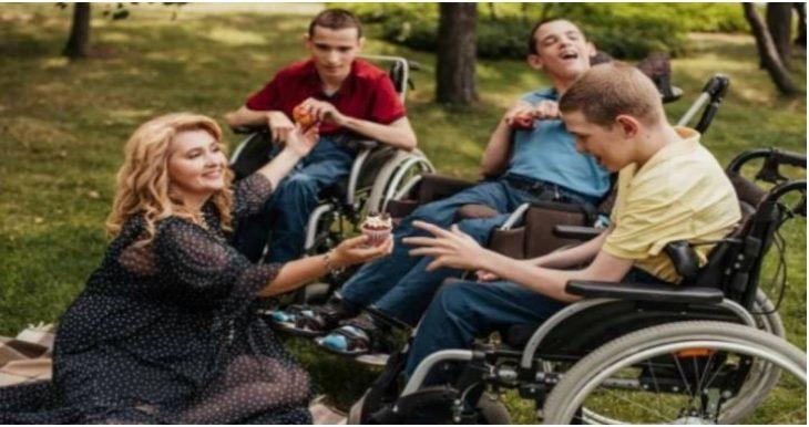 Δύναμη της αγάπης: Μεγαλώνει τρία παιδιά με εγκεφαλική παράλυση