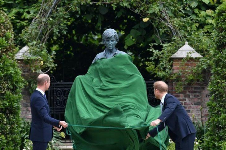 Πριγκίπισσα Νταϊάνα: Συγκινημένοι ο Χάρι και ο Γουίλιαμ αποκάλυψαν το άγαλμα της μητέρας τους