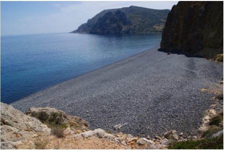 """Η """"μαύρη"""" παραλία της Ελλάδας που όμοια της δεν υπάρχει πουθενά αλλού"""