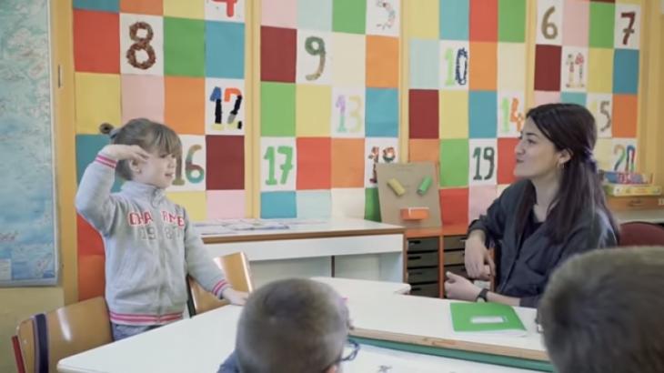Συγκινητικό βίντεο: Μία σχολική τάξη μαθαίνει νοηματική για να επικοινωνεί με τη μικρή Ευαγγελία