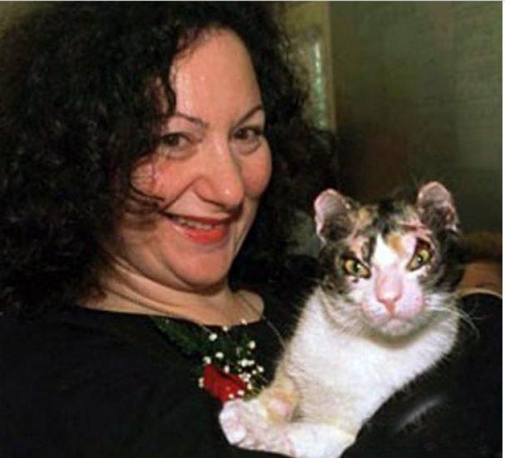 Ηρωίδα γάτα: Βούτηξε 5 φορές στις φλόγες και έσωσε τα μικρά της από τη φωτιά