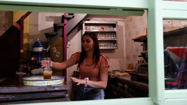 Θεσσαλονίκη: Η πρώτη καφετέρια που προωθεί τη νοηματική γλώσσα και έχει κωφούς σερβιτόρους
