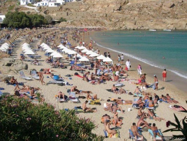 Περιστατικό σε παραλία: Μπουνιές για τις τσιρίδες - γονείς πιάστηκαν στα χέρια!