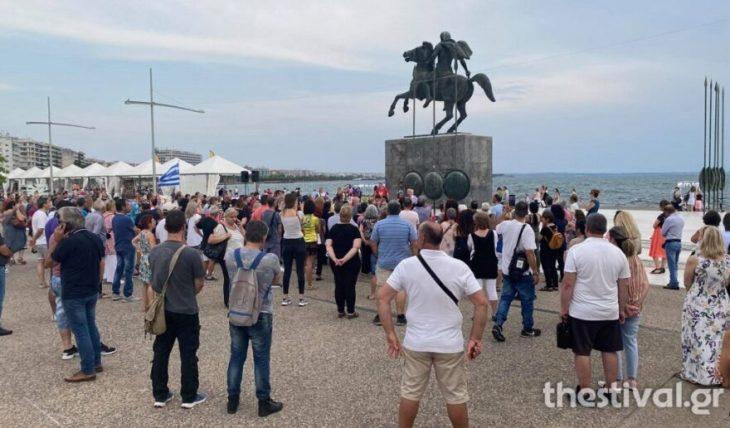 Υποχρεωτικός εμβολιασμός: Διαμαρτυρία πολιτών κάτω από το άγαλμα του Μ. Αλεξάνδρου στη Θεσσαλονίκη
