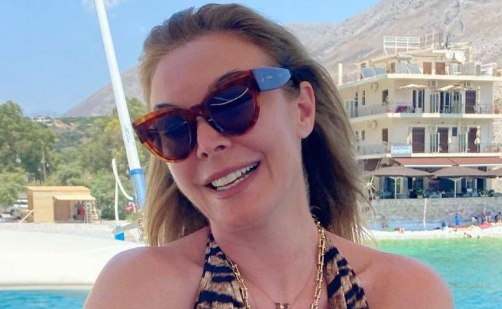 Τατιάνα Στεφανίδου: Ποζάρει πάλι πάνω σε σκάφος με ολόσωμο τιγρέ μαγιό