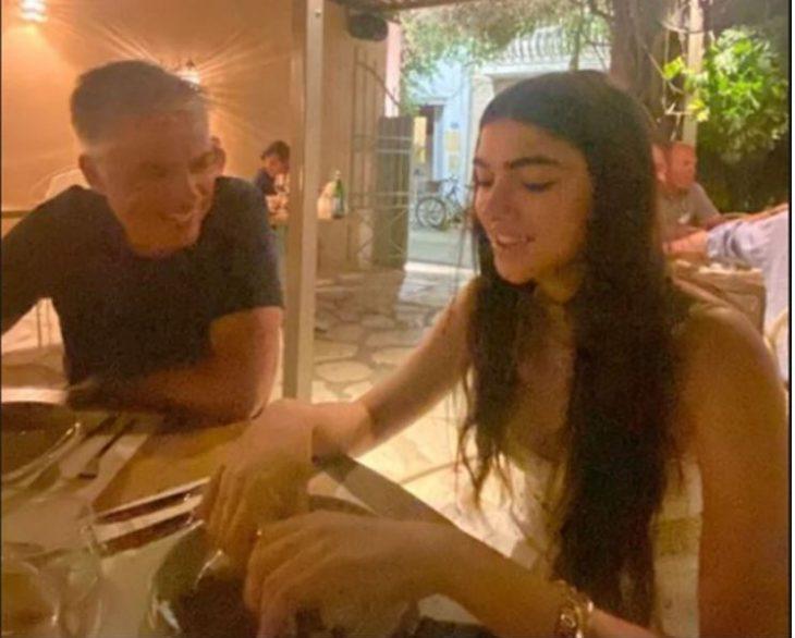 Λυδία Ευαγγελάτου: Η πανύψηλη κόρη της Τατιάνας Στεφανίδου με δροσερό ολόλευκο φόρεμα στη Ζάκυνθο