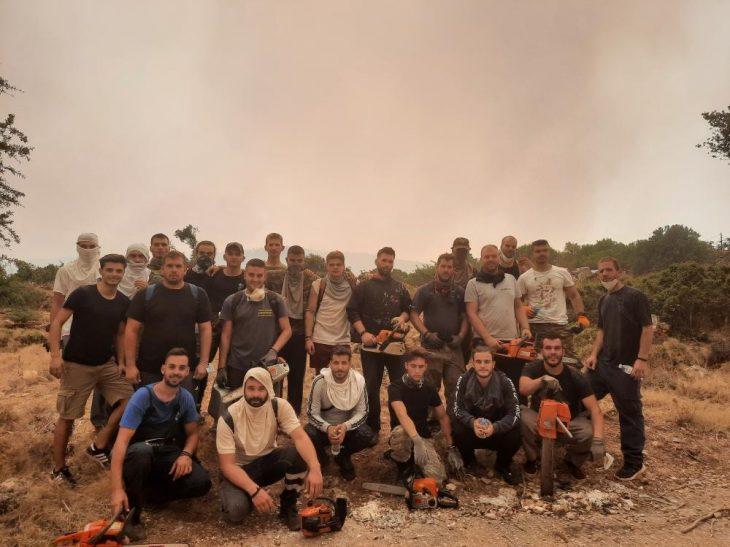 Φωτιά στα Βίλια: Η φωτογραφία στις φλόγες και το ξέσπασμα