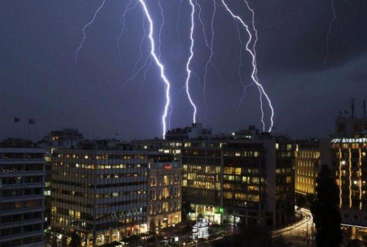 Καταιγίδα στην Αθήνα: Η τρομερή στιγμή που κεραυνός χτυπά τη θάλασσα μπροστά σε κόσμο σε beach bar