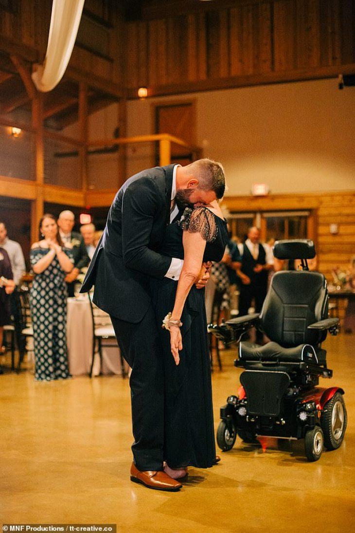 Γιος χόρεψε με την παράλυτη μαμά του στον γάμο του