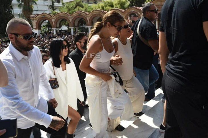 Συντετριμμένη η Ελένη Φουρέιρα στην κηδεία του Mad Clip: Τον αποχαιρετάει ντυμένη στα λευκά