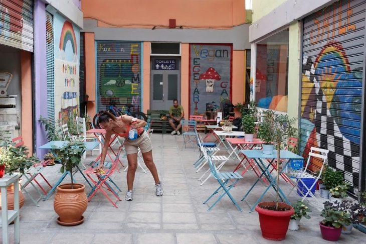 Θεσσαλονίκη: Άνοιξε το πρώτο μπαρ που οι σερβιτόροι είναι κωφοί και παραγγέλνεις μόνο στη νοηματική γλώσσα