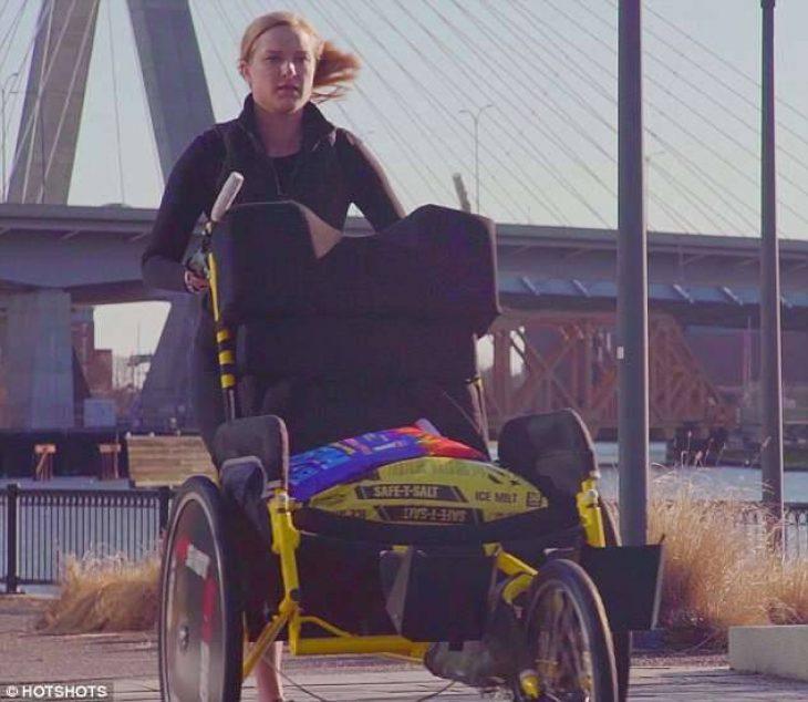 Αληθινή αγάπη: Έσπρωξε το καροτσάκι του τετραπληγικού συντρόφου της σε μαραθώνιο 42 χιλιομέτρων