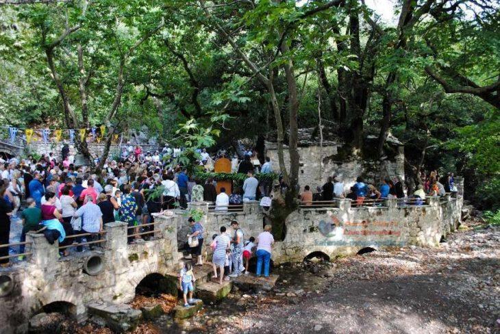 Αγία Θεοδώρα στα Βάστα: Γιορτάζει το εκκλησάκι με τα 17 πλατάνια στη στέγη του