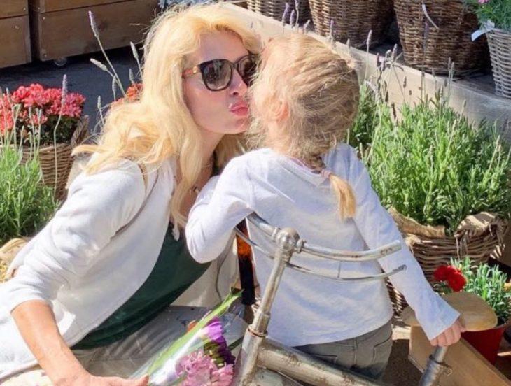 Ελένη Μενεγάκη: «Έκανα παιδί στα 45, το κοιτάζω και λέω, Α ρε Ελένη έχεις πολλά κότσια»