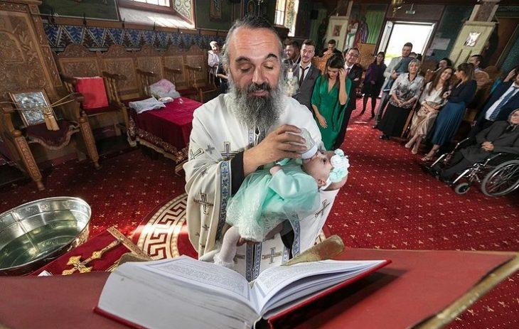 Iερέας ταΐζει το μωρό που μόλις βάπτισε! – To απίστευτο στιγμιότυπο