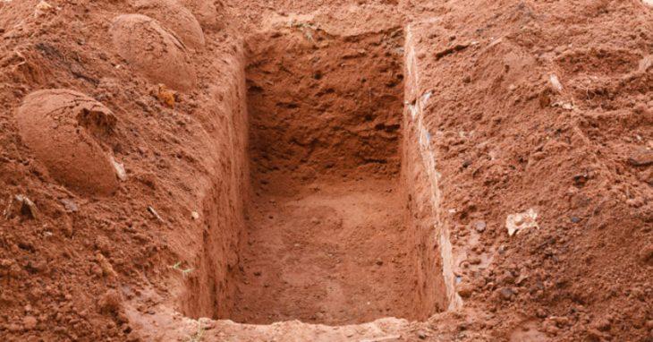 Απίστευτη ιστορία: Πατέρας ανάγκασε διεστραμμένο φίλο του που βίασε την 6χρονη κόρη του να σκάψει τον τάφο του και τον έθαψε
