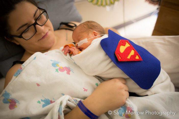 Πρόωρα μωρά: Με στολές σούπερ ηρώων σε μαιευτήριο