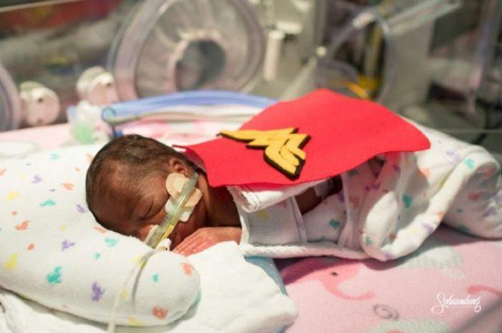 Μαιευτήριο ντύνει πρόωρα μωρά με στολές από σούπερ ήρωες, δίνοντας τεράστια δύναμη στους γονείς
