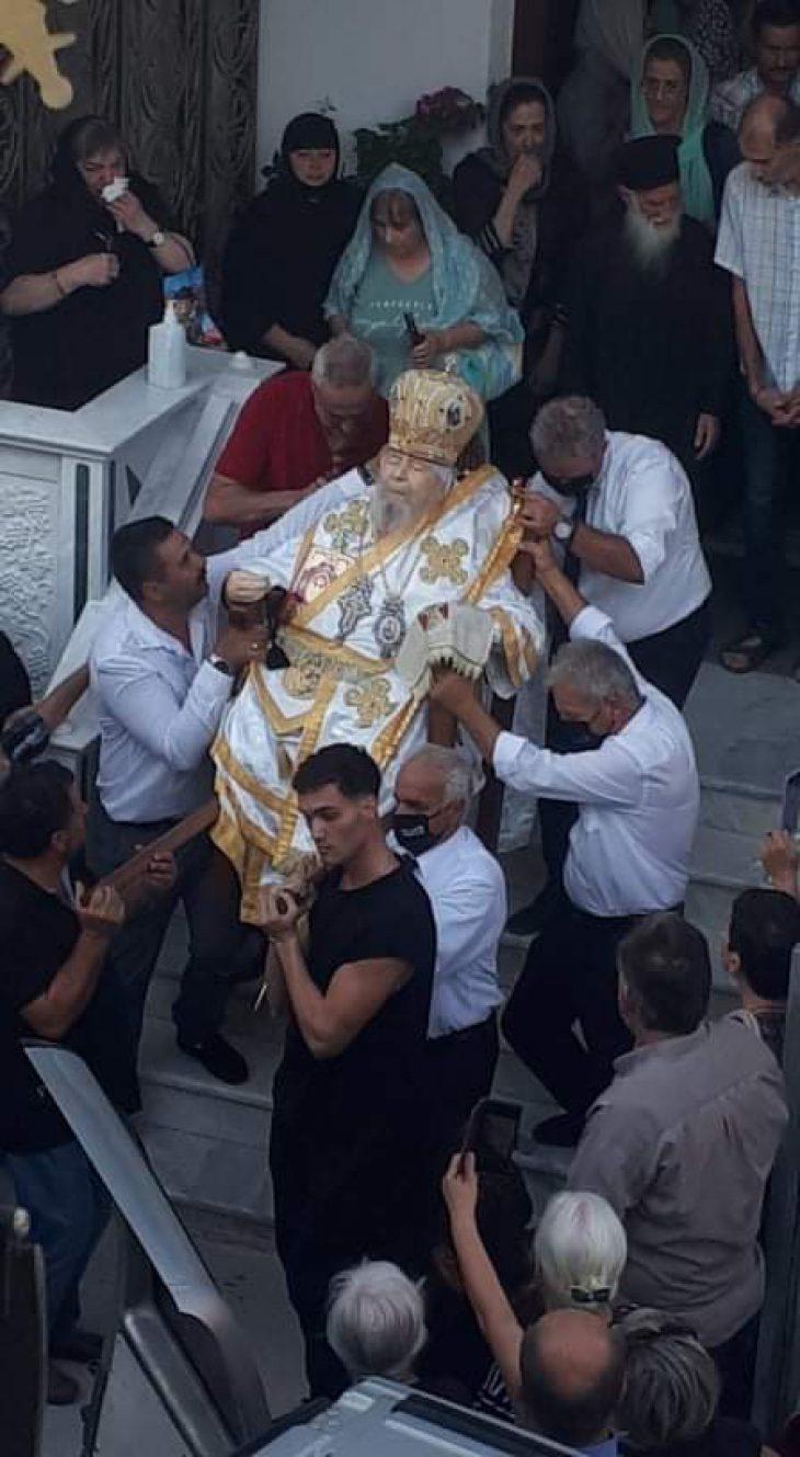 Ο Μητροπολίτης Αθανάσιος κηδεύτηκε καθιστός, χωρίς φέρετρο στη Λάρισα