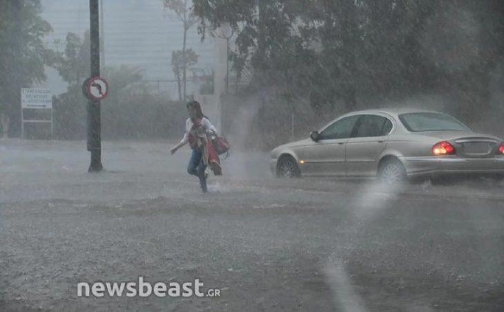 Έντρομη γυναίκα εγκαταλείπει το αυτοκίνητο στη μέση του δρόμου στην πλημμυρισμένη Πειραιώς