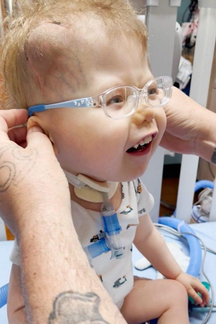 3χρονο αγοράκι με προβλήματα όρασης βλέπει για πρώτη φορά τους γονείς του