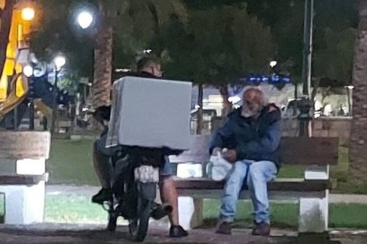 Φωτογραφία κάνει το διαδίκτυο να «λυγίσει»: Η συγκινητική σκηνή από την Πάτρα