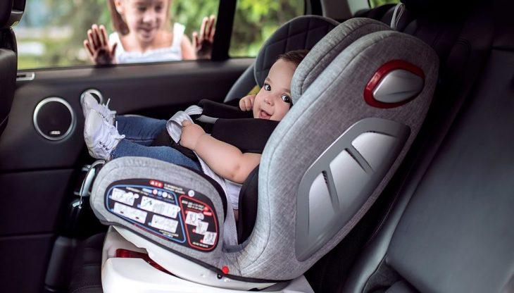 Τέλος τα παιδιά σε μηχανάκι κάτω των 16 ετών, υποχρεωτικό κάθισμα έως τα 12 στο αυτοκίνητο