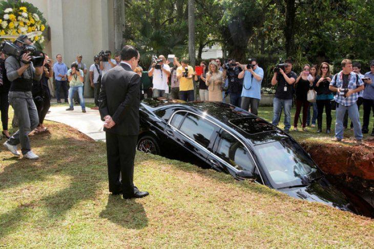 Πάμπλουτος έθαψε το πανάκριβο αμάξι του για να μπορεί να το πάρει μαζί του στον άλλο κόσμο