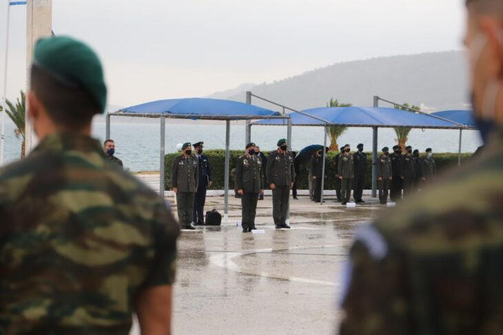 Αρχηγός ΓΕΕΘΑ: Στάθηκε στη βροχή για την ορκωμοσία των ΕΠΟΠ