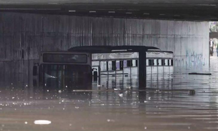 Λεωφορείο βυθίστηκε στα νερά στη Λεωφόρο Ποσειδώνος: Οι πρώτες καταστροφές της κακοκαιρίας «Μπάλλος»
