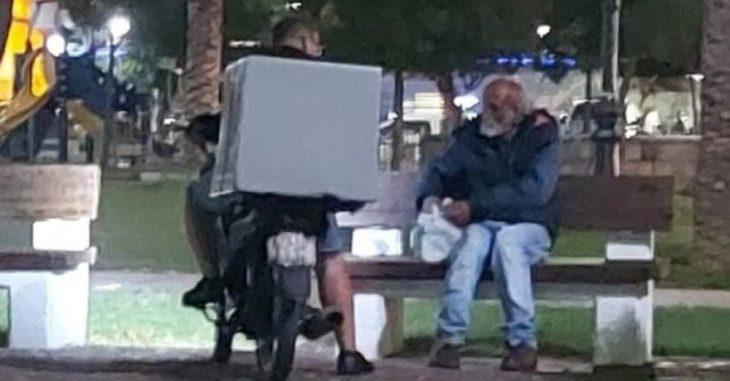 «Του είπα πάρε να φας, υπάρχει Θεός για όλους» – Διανομέας έδωσε φαγητό σε άστεγο