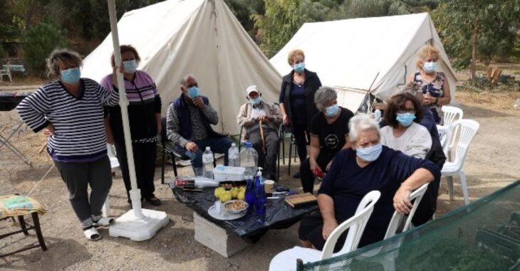Εικόνες ντροπής: Έστειλαν στους σεισμόπληκτους άπλυτα εσώρουχα, νυφικά και αποκριάτικες στολές
